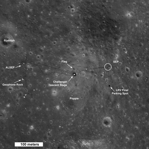 Nesta foto estão marcados os equipamentos e pontos relevantes do local de pouso da Apollo 17.