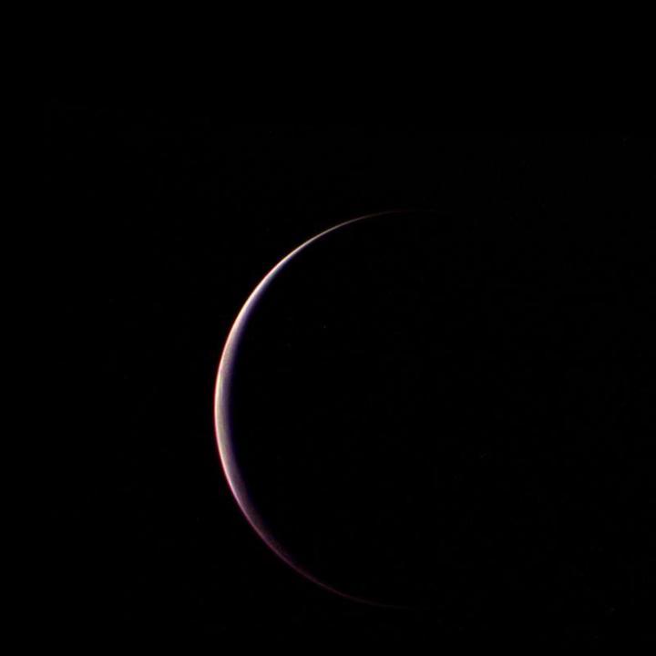 Voyager 2 obteve esta visão parcial de Tritão, a segunda maior lua dos sistema solar, logo após sua aproximação máxima, em sua passagem pela sua sombra na manhã de 25 de agosto de 1989. A distância entre a Voyager 2 e Tritão era de 90.000 km. Crédito: NASA/JPL/missão Voyager 2
