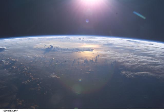 A Terra e suas nuvens. A presença de nuvens tem influência direta na distância habitável da exo-Terra a sua estrela mãe.