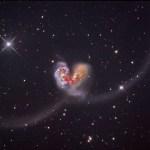 Arp244: uma dupla de galáxias em colisão na constelação do Corvo lembra as antenas de um inseto cósmico
