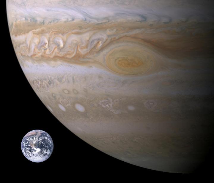 Comparação do tamanho da Terra com o de Júpiter. Que pensar de uma lua do tamanho da Terra orbitando um gigante gasoso?