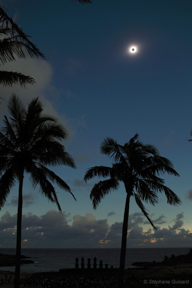 Eclipse total sobre a praia de Anakena, Rapa Nui (Ilha de Páscoa), Crédito ©: Stéphane Guisard