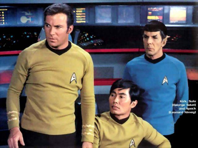 Capitão Kirk, Sulu e Spock dialogam sobre o suposto planeta em Gama Draconis