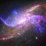 A galáxia M106 revelada no espectro desde o rádio até os raios-X exibe energéticos jatos de matéria expelidas pelo buraco negro central supermassivo
