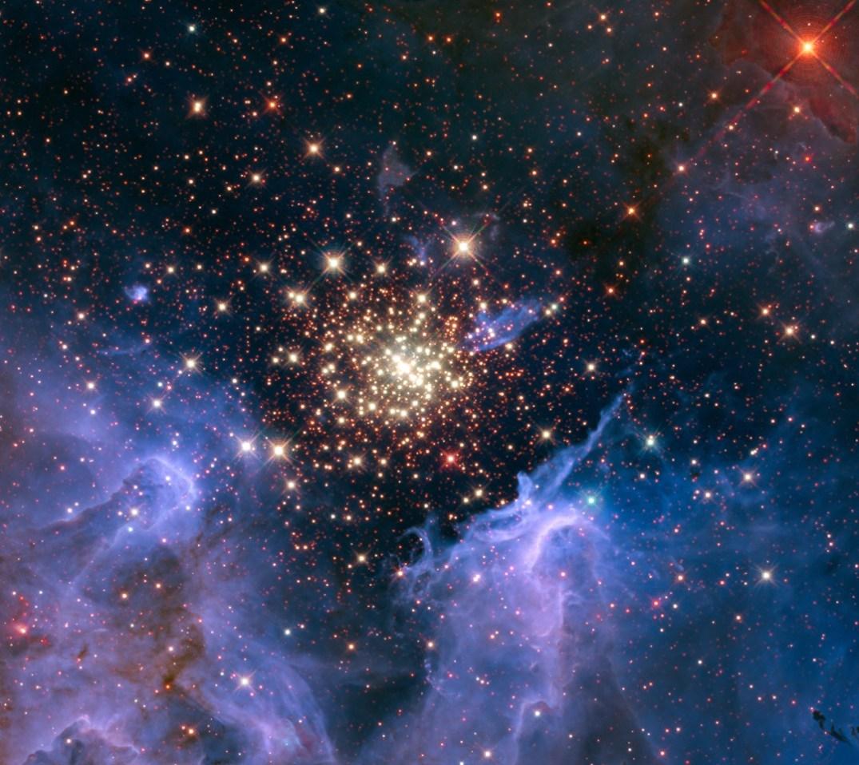 Esta extraordinária imagem mostra um aglomerado de estrelas massivas, tipos O e B, capturado pelo Telescópio Espacial Hubble. Esta associação estelar é rodeada por nuvens de gás e poeira interestelar que chamamos de 'nebulosa'. Essa nebulosa, que reside a 20.000 anos-luz de distância na constelação da Quilha (Carina), contém o aglomerado central de estrelas gigantes e quentes, com o nome de NGC 3603. Investigações recentes mostram que os raios cósmicos galácticos que fluem para o nosso Sistema Solar são originários de aglomerados estelares desse tipo. Créditos: NASA/U. Virginia/INAF, Bolonha, Itália/USRA/Ames/STScI/AURA