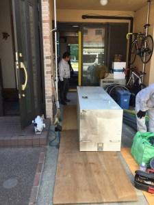 電気温水器家の中を運搬