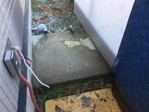 電気温水器を撤去した後に基礎を清掃