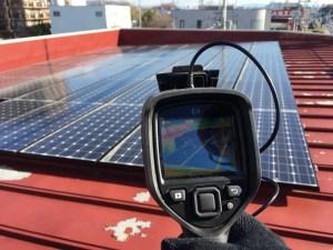 太陽光パネルをサーモカメラで点検