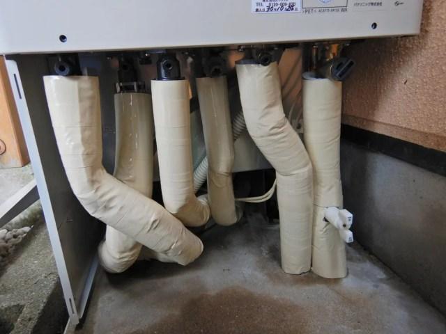 配管を断熱材で巻く