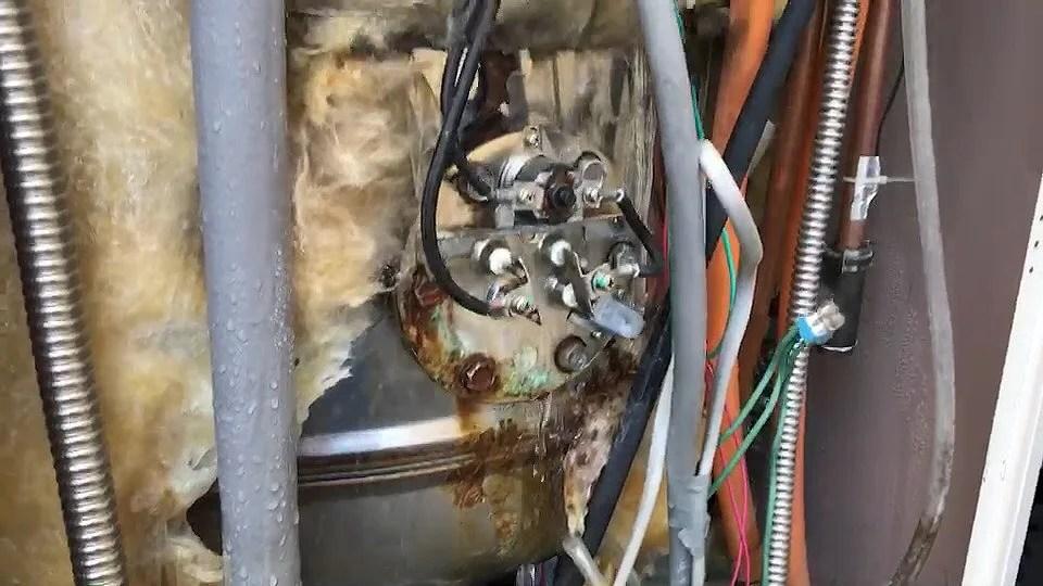 電気温水器の内部より水漏れ