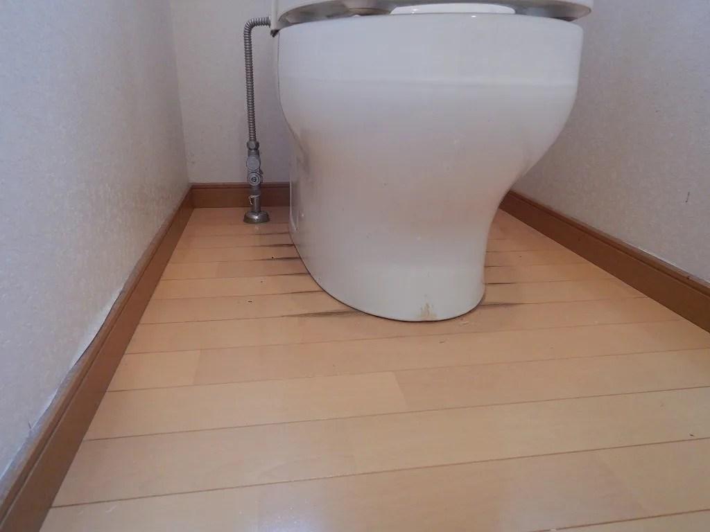 トイレのフチの床が黒ずむ