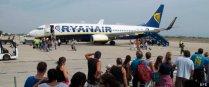 T02. REUS (TARRAGONA), 31/10/2011. Foto de archivo tomada el 02/09/2011 del embarque de pasajeros en la aerolínea irlandesa Ryanair, que dejará de operar en el aeropuerto de Reus a partir del 6 de noviembre, lo que supondrá que un total de 88 trabajadores se quedarán en el paro directamente, aunque los empleos indirectos relacionados ascenderán hasta los 300.EFE/Jaume Sellart