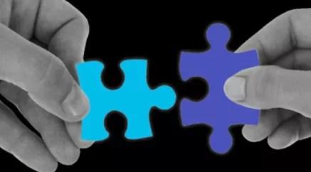 Zwei Puzzleteile werden als Veranschaulichung zusammen gefügt