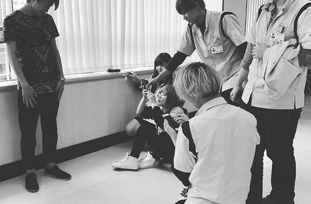 本日の住田美容専門学校の授業では、これまで学んだことを活かしてiPhoneで作品制作に挑戦!チームごとにアイデアを出し合って、カメラマンとモデルに分かれて撮影。真剣にテーマを考えて試行錯誤中のみなさん。頑張ってくださいね!仕上がりが楽しみです#ssbs #住田美容専門学校  #たのしいカメラ学校