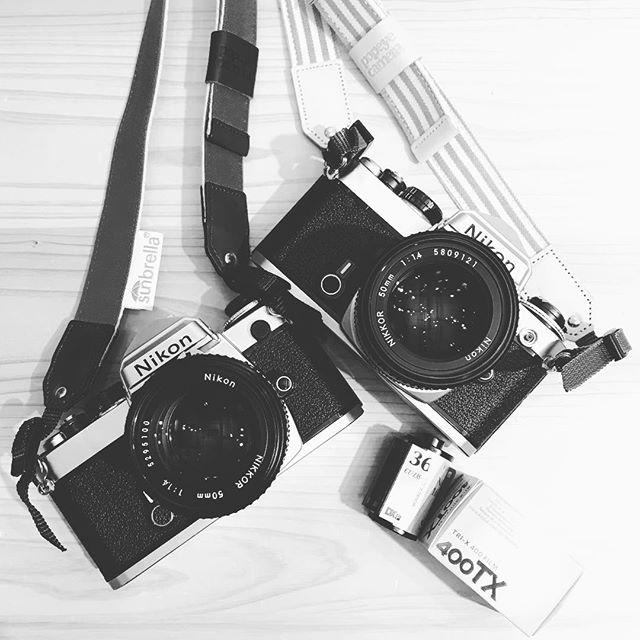 今日は「たのしいカメラ学校」はじめてのフィルム一眼レフ講座!!!・・・がっつりフィルムと仲良くなるということで、用意したのは「富士フイルムNATURA 1600 」とモノクロの「コダックトライ-X400」。・・・残念ながら、、、NATURA1600は生産終了が発表されました。楽しめるうちに楽まなくちゃですね。・・・フィルムカメラはデジタルカメラと違って、やならくちゃいけない工程がちょっと多いので大変。でもその分、一枚一枚に愛着が湧きますでは2本分、72枚しっかり撮るぞー!!!!・・今日はポパイさんからカメラの貸し出しも!オリジナルストラップ付きでかわいいです#たのしいカメラ学校 #フィルム一眼レフ #フィルムカメラ #natura1600 #トライx400 #ポパイカメラ #赤荻武 #無印良品 #写真教室