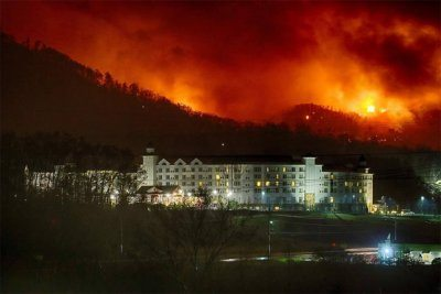 Thousands flee Tennessee resort towns wildfires