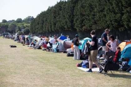 Fans and tourists queue early for Wimbledon 2018