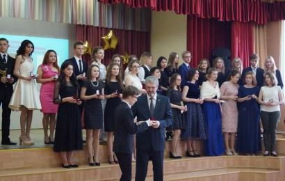 Глава Нефтеюганска поздравил школьных выпускников-медалистов.