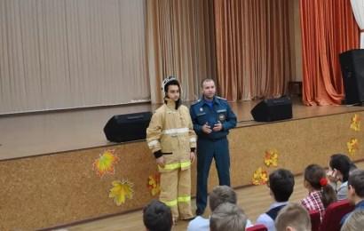 Нефтеюганские спасатели провели уроки ОБЖ в школах.
