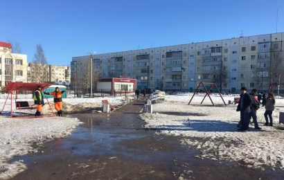 В Нефтеюганске в результате обрыва качелей пострадали двое детей