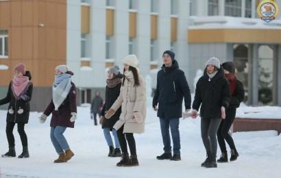 Танцуют школьники и студенты:))