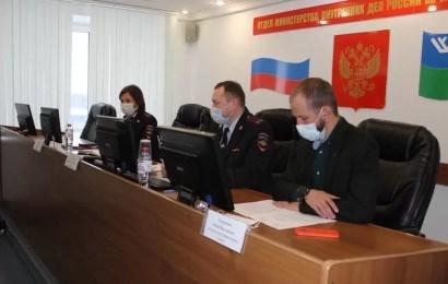 Члены Общественного совета при ОМВД России по г. Нефтеюганску проверили работу Дежурной части и провели заседание.