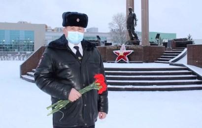 Начальник ОМВД России по г. Нефтеюганску почтил память коллег, погибших при исполнении служебного долга.