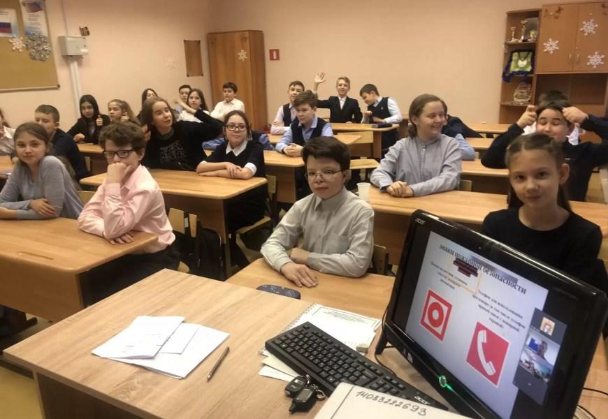 В преддверии зимних каникул спасатели г. Нефтеюганска напомнили школьникам основные правила безопасности в формате онлайн урока.