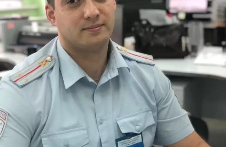 Жительница Нефтеюганска благодарит сотрудника РЭО ГИБДД.