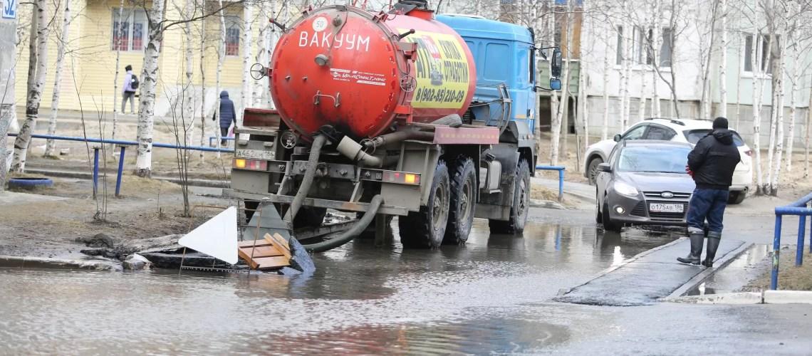 Проинспектировали места скопления воды в микрорайонах.