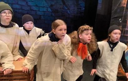 В культурном центре «Юность» состоялся показ спектакля «Псы подворотни» театральной студии «АзАрт» под руководством Татьяны Рузанкиной.