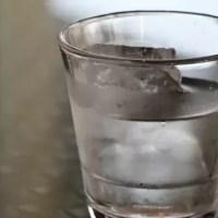 Рестораторов попросили включить в меню дешевую воду