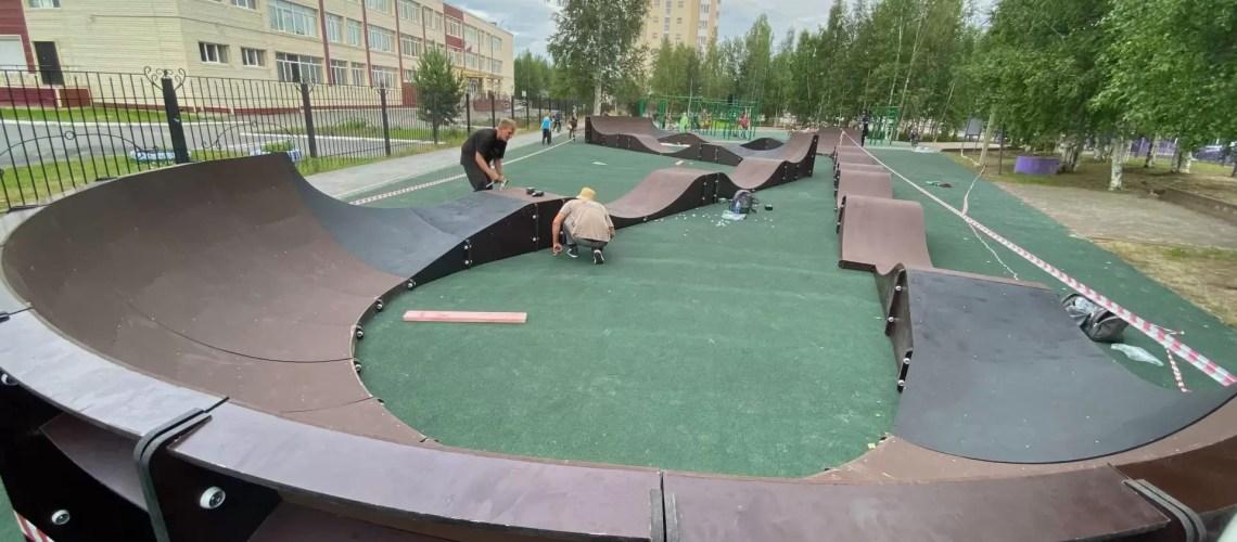 В районе школы № 7 и Центра национальных культур в 11 микрорайоне Нефтеюганска идут завершающие работы по обустройству спортивной зоны