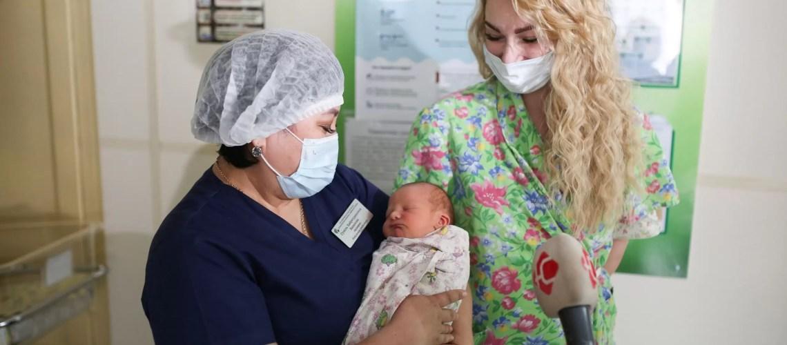 За полгода в Югре родилось 9 595 малышей
