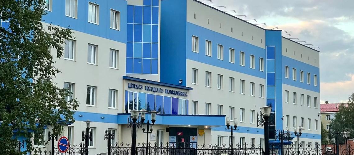 Родители из Нефтеюганска жалуются на отсутствие записи к врачам для медосмотра детей