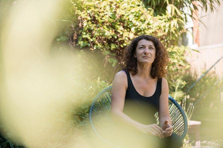 anne rebion-savonnerie cru-savonnerie-cru-nantes-étonnantes-etonnantes-portrait-femme-entrepreneuse-creatrice-fondatrice-savon-eco-responsable-green-jardin-laboratoire