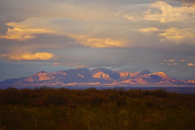 Des montagnes de l'Arizona au coucher de soleil