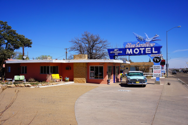 Le Blue Swallow Motel