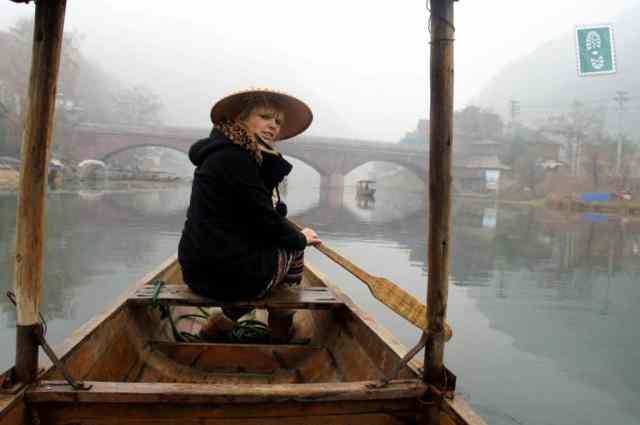 Łódka i ja w Fenghung, najstarszym chińskim miasteczku
