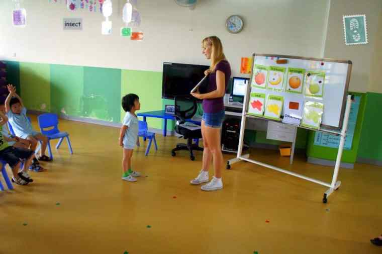 A foreign teacher is teaching fruit vocabulary to Chinese students