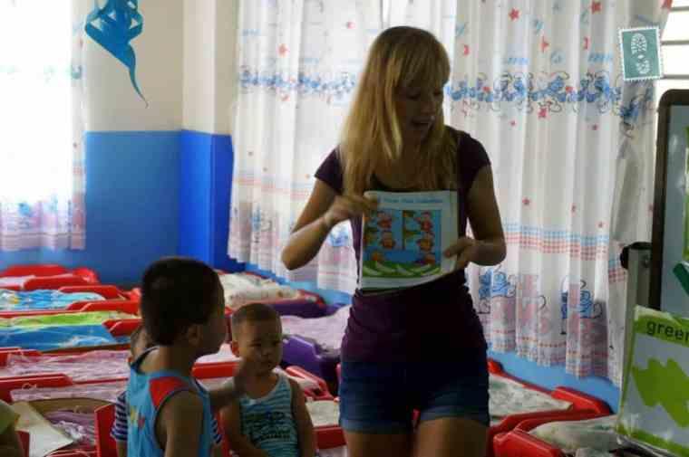 A foreign teacher is teaching English book
