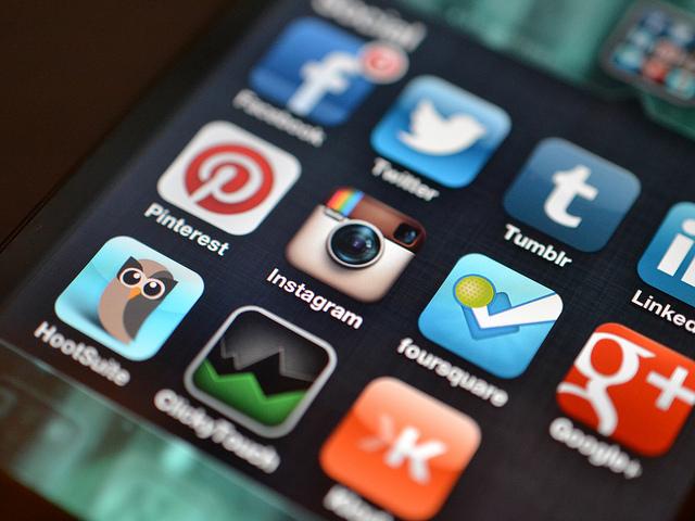 iPhone con varias redes sociales