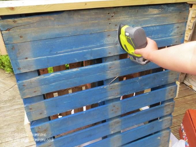 pallet climbing frame sanding