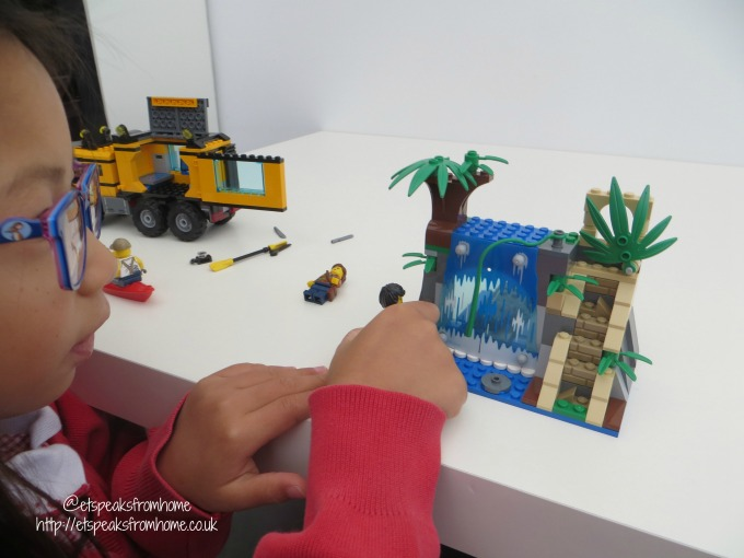 lego city jungle mobile lab review playing