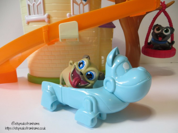 Puppy Dog Pals doghouse playset car