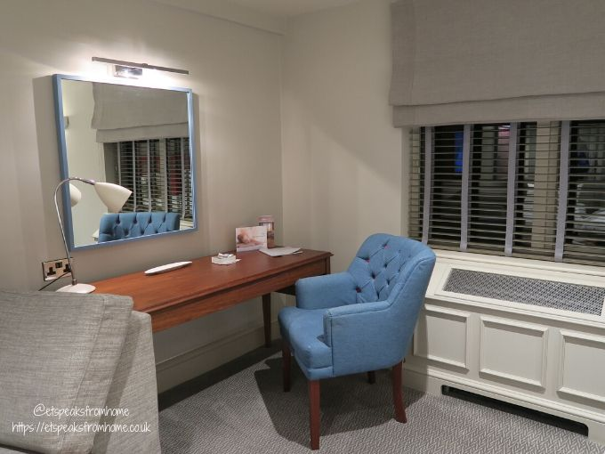 kettering park hotel room seating area