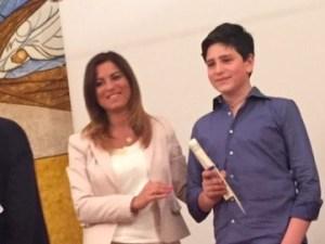 L'avv. Carmen Posillipo premia il primo classificato Salvatore Ruggiero