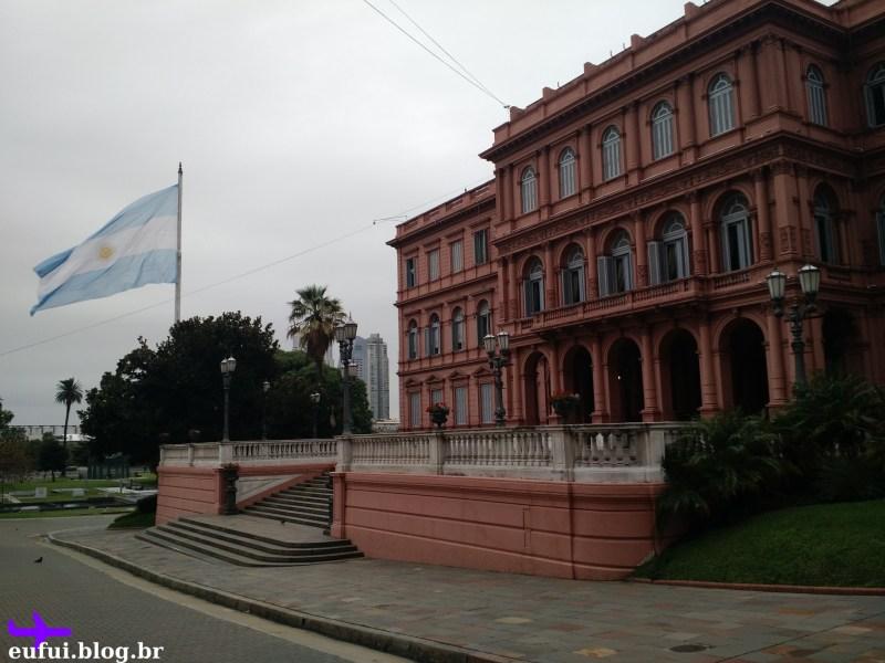 casa rosada vista lateral bandeira