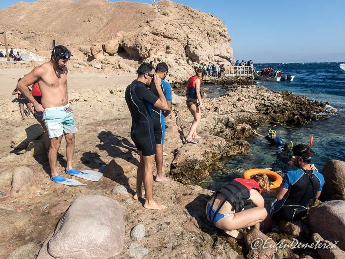 Intrare in apa pentru snorkeling la Blue Hole - Dahab, Marea Rosie