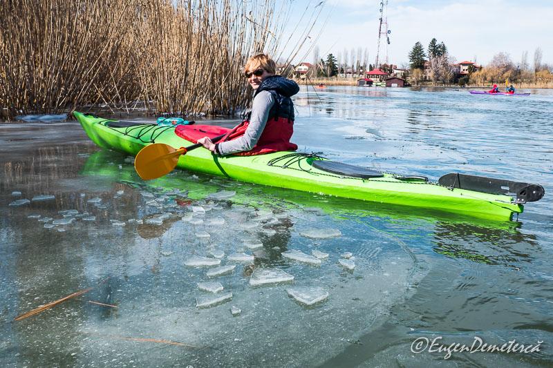 Elena cu caiac pe gheata la Snagov - Valsând pe gheaţă, cu caiacul!